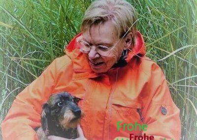 Hundetrainerin Marie-Louise Kretschmer mit Dackel Lotta von Hundeausbildung Naturnah Wiesbaden